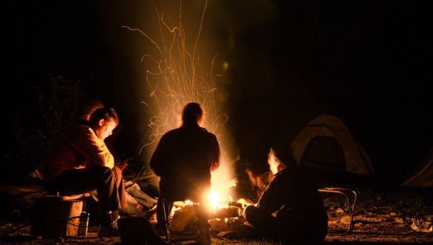С друзьями у ночного костра