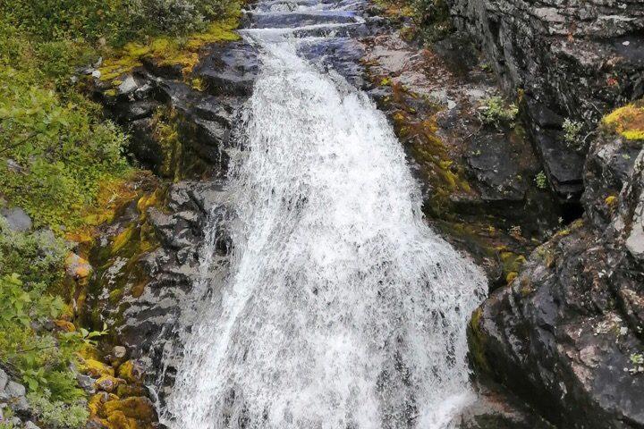 Озеро Длинное и водопад у подножия горы Ловчорр
